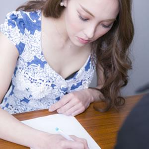 用紙に書き込む女性