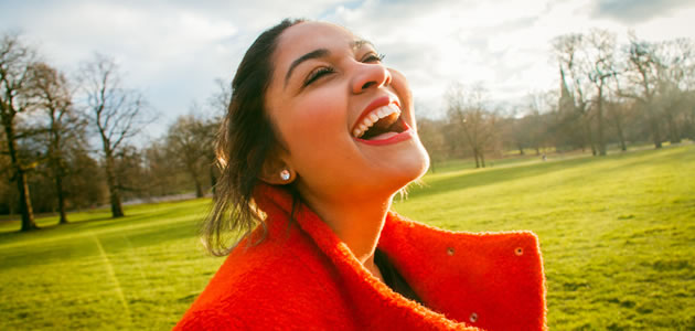 まぶしい笑顔の女性