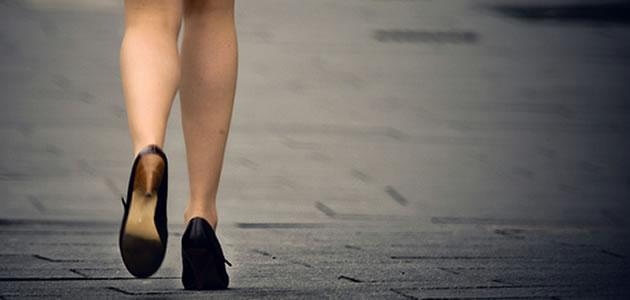 歩き始める女性