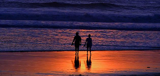 海辺に立つ男女