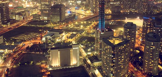高層ビルが立ち並ぶ夜の街