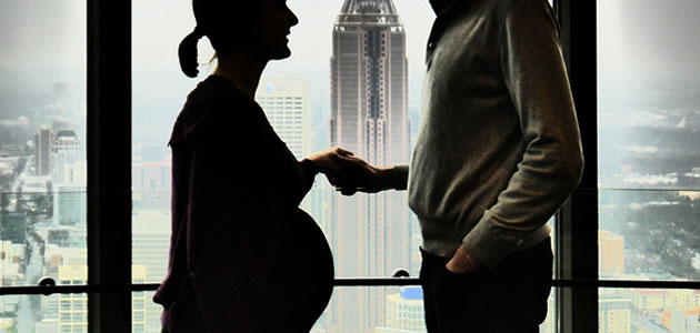 手をつなぎあう妊娠した女性と男
