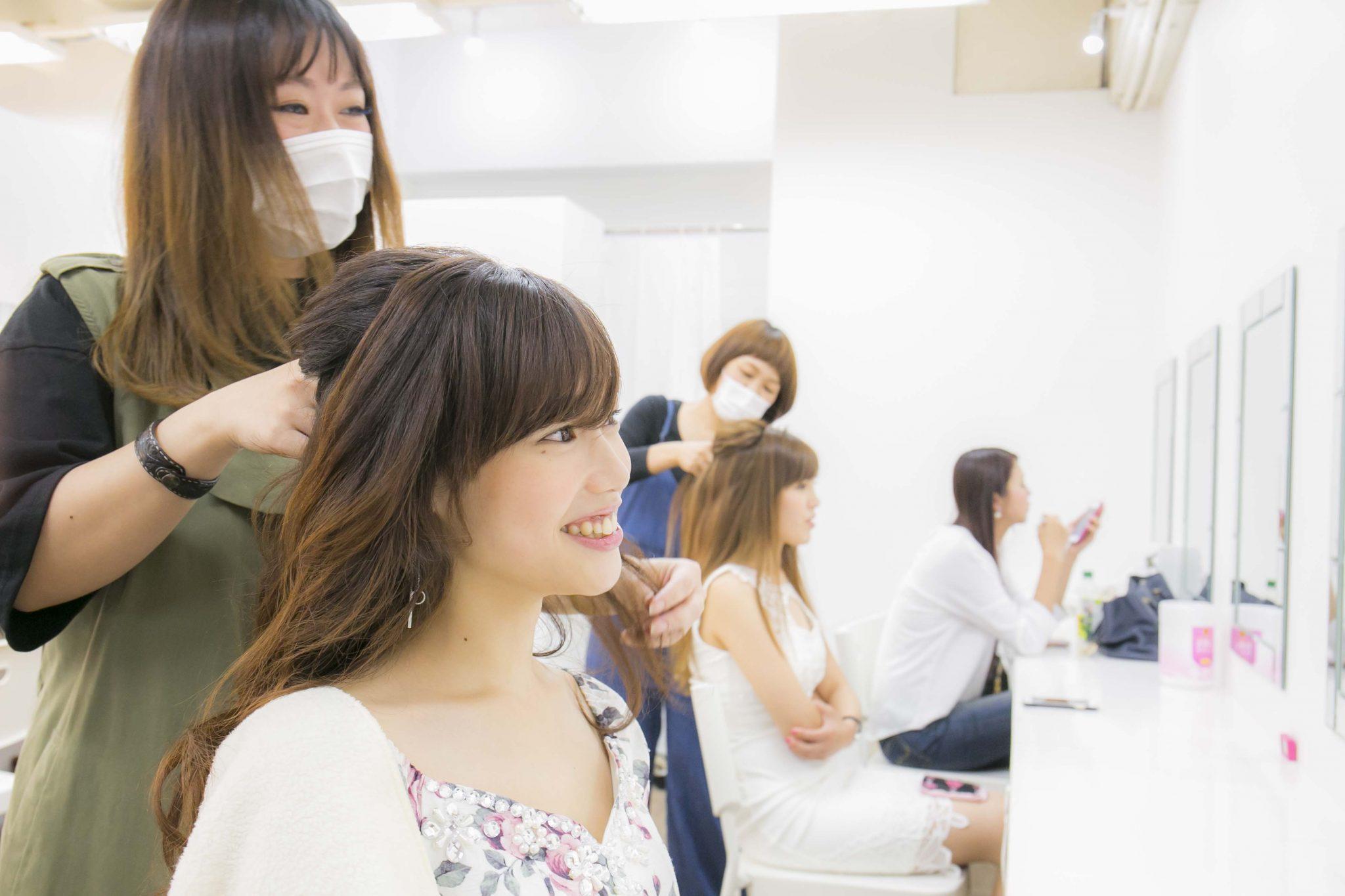 キャバ嬢の女の子をヘアセットするスタイリストの女性