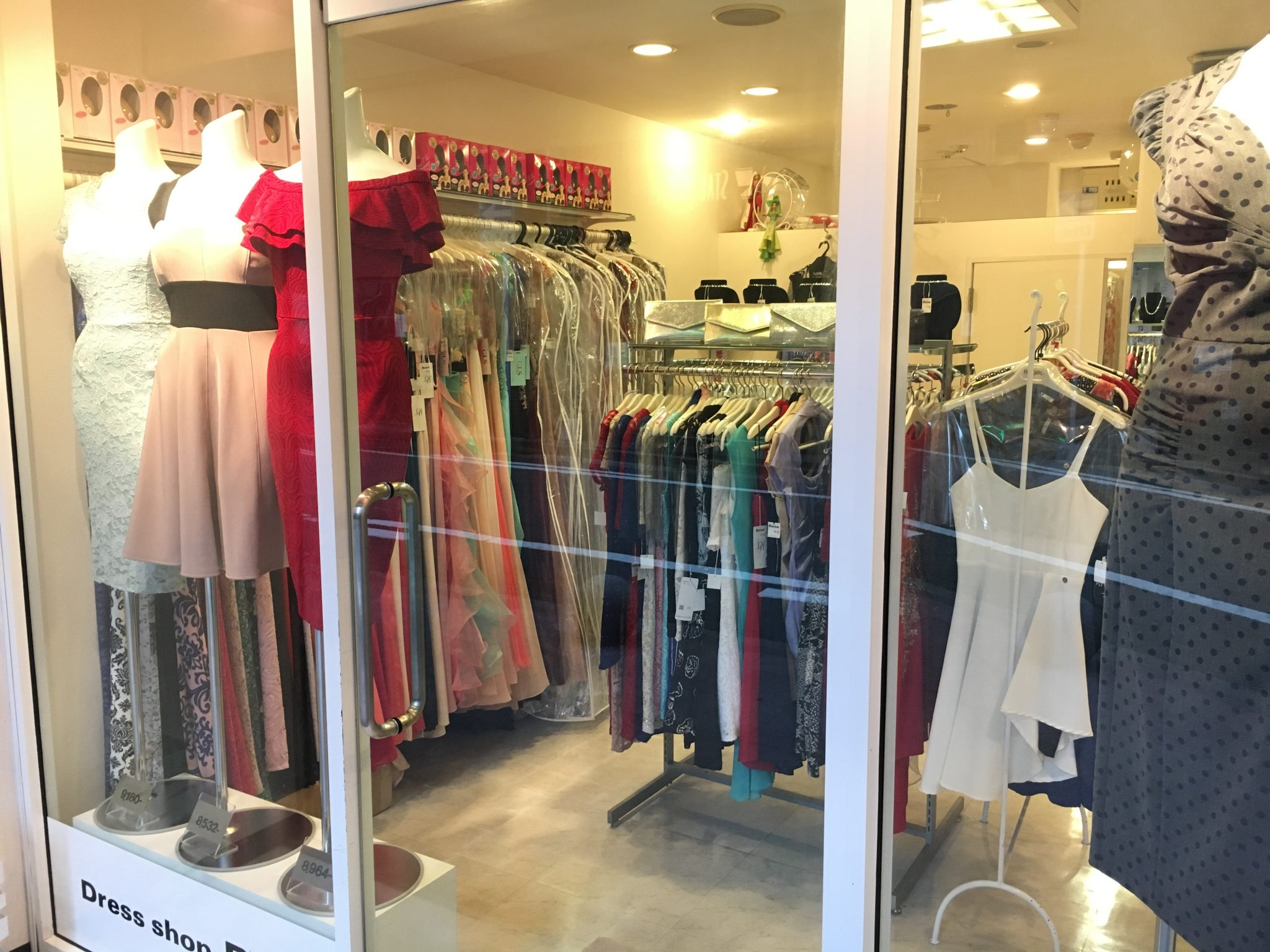 ROSEドレスショップローズ 中洲店窓から見た内観