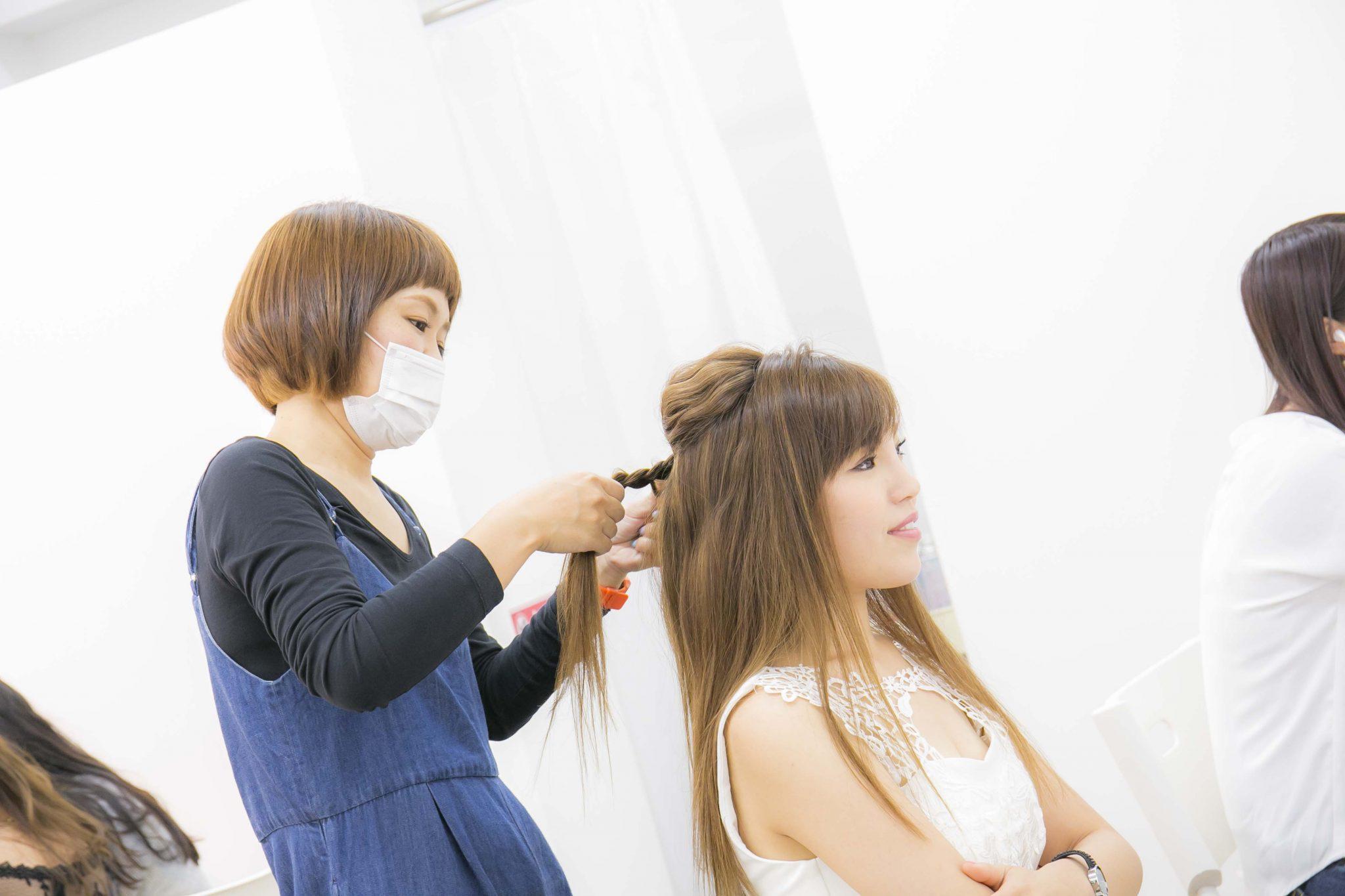 キャバ嬢の女の子をヘアセットするスタイリストの女性3