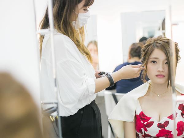 キャバ嬢の女の子をヘアセットするスタイリストの女性2
