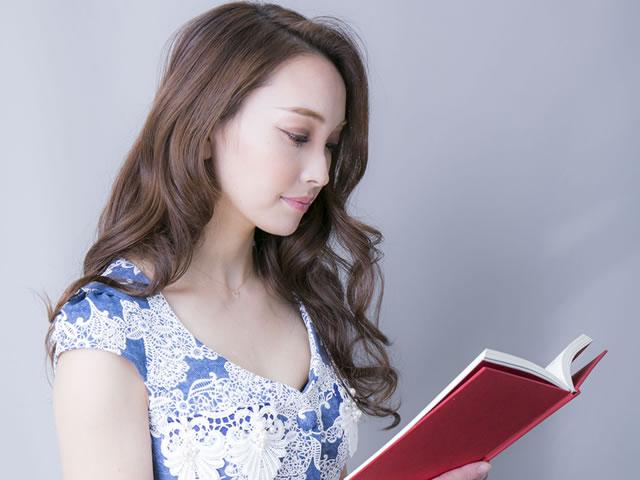 冊子を読む女の子